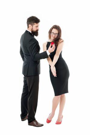 Mann hält roten Kasten romantischen Vorschlag. Willst du mich heiraten. Ich will ja sagen. Ideen für einen einzigartigen Heiratsantrag. Paare feiern Jubiläumsbeziehungen. Hoffe, sie mag Ring. Vorschlag für ein Heiratskonzept Standard-Bild