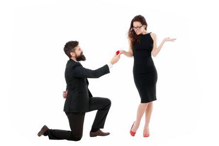Letzte Romantiker auf Erden. Warum gehen Männer auf ein Knie, um einen Antrag zu stellen. Vorschlag für ein Heiratskonzept. Mann hält roten Kasten romantischen Vorschlag. Willst du mich heiraten. Ideen für einen einzigartigen Heiratsantrag