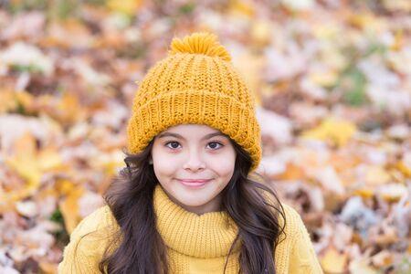 Accesorio para proteger tu cabeza. Adorable niño pequeño, accesorio de punto. Niña linda con accesorio de moda. Mirando a la moda en un accesorio elegante. Sombreros para niños para la temporada de otoño.