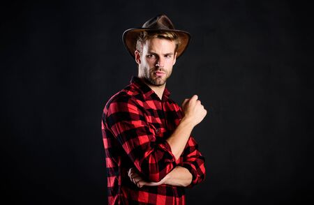 wild west in his heart. cowboy in country side. Western. western cowboy portrait. man checkered shirt on ranch. wild west rodeo. Handsome man in hat. Vintage style man. Wild West retro cowboy Stockfoto