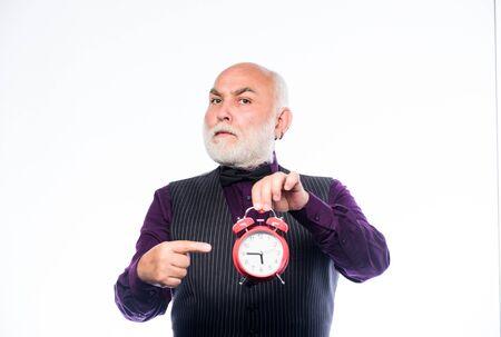 czas i wiek. Punktualność. emerytura. zegarmistrz lub naprawiacz zegarków. dojrzały mężczyzna z zegarem broda pokaż czas. zarządzanie czasem. dojrzały brodaty mężczyzna z budzikiem. Czas nikogo nie oszczędza