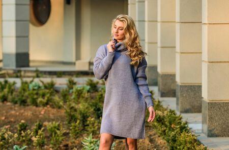 Profitez de la douceur. Fille blonde composent la tenue d'automne du visage. Notion de tricot. Pull en laine cachemire. Pull oversize chaud. La femme porte un pull. Robe tunique sweat allongée. Style libre confortable