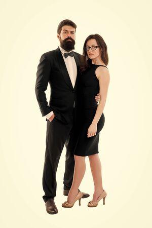 Mujer dama elegante y esmoquin negro caballero barbudo con pajarita. Evento formal. Reglas del código de vestimenta. Conferencia de ceremonia de fiesta. Concepto de código de vestimenta. La pareja se prepara para la fiesta. Código de vestimenta oficial