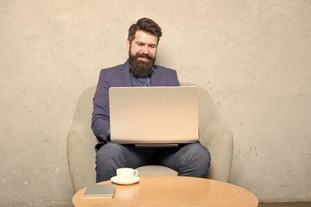 Mann trinkt Kaffee im Geschäftsbüro. Antwort auf geschäftliche E-Mails. Digitales Marketing. Surfen im Internet. Online kaufen. Projektmanager. Geschäftskorrespondenz. Moderner Geschäftsmann. Geschäftsmann Arbeitslaptop