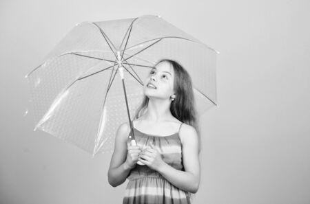 Ich würde für immer hier bleiben. Herbstmode. regnerisches Wetter. Herbststimmung. unbeschwerte Kindheit. kleines Mädchen mit Regenschirm. Wettervorhersage für den Herbst. Kind mit transparentem Sonnenschirm