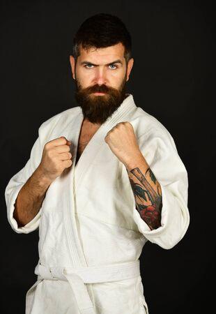 Bärtiger Karate-Mann, langer Bart, brutaler kaukasischer Hipster Standard-Bild