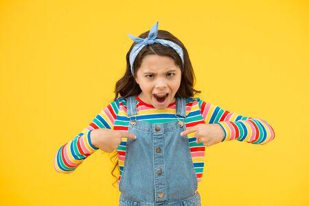 problèmes de l'enfance et période de transition. fille rétro exprime la rébellion. petit enfant fond jaune. enfant en colère et méchant. petit mouchoir de beauté cheveux longs. style vintage d'écolière Banque d'images
