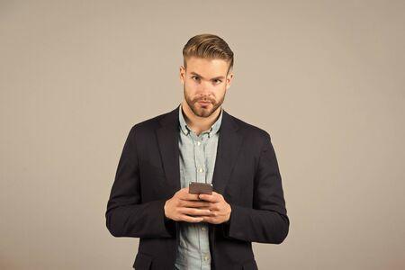 Hombre charlando con smartphone en blanco
