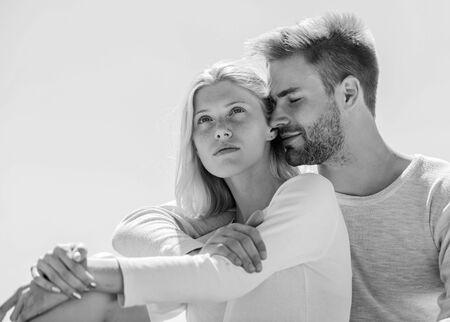 Être amoureux. compréhension et soutien. relation romantique. couple amoureux. marié au paradis. homme et fille souriant. il la rend heureuse. heureux d'être ensemble. ils s'aiment