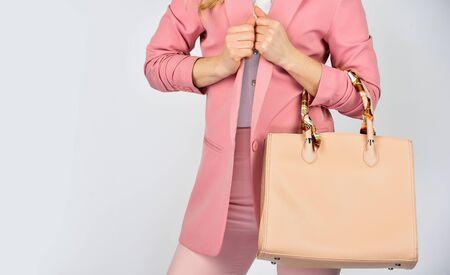 その目的を果たす必要があります。女性は革のクラッチを使用します。女の子のウェルピンクフォーマルジャケット。自信を持ってショルダーバッグを運びます。ハンドバッグのファッションと美しさ。トートや買い物客のバッグは、任意の機会に。コピースペース。