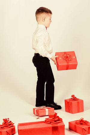 big sale in shopping mall. Shopping. Boxing day. New year. little boy with valentines day gift. tuxedo style. Happy childhood. happy child with present box. Christmas. Birthday party. shopping sale Foto de archivo - 150193535
