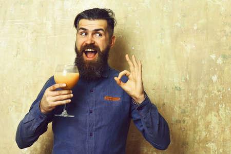 Brutal hipster holding tropical alcoholic fresh cocktail Stock fotó