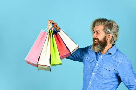 bearded brutal man hold packages. Zdjęcie Seryjne