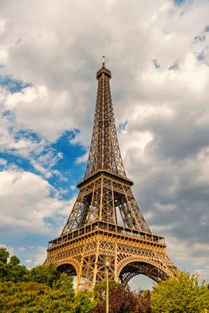 Eiffel Tower at sunset in Paris, France. Romantic travel background. Standard-Bild