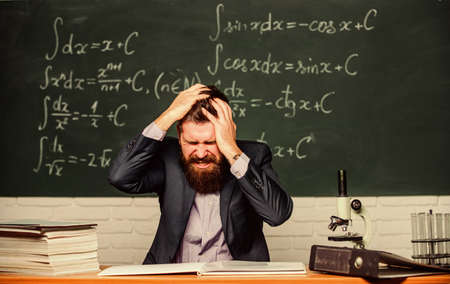 Difficult work. Emotional burnout. Teacher give up. Hate his job. Teacher mature man. Fed up. Man desperate teacher in classroom. No hope for better. Tired and exhausted. Teaching dumb students Banque d'images