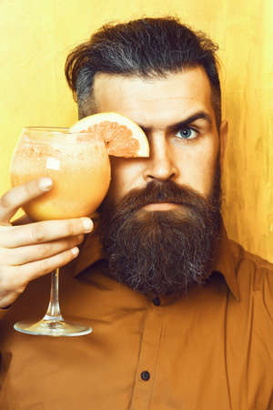 Brutal caucasian hipster holding tropical alcoholic fresh cocktail 版權商用圖片