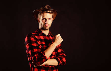 nostalgia. man checkered shirt on ranch. wild west rodeo. Handsome man in hat. cowboy in country side. Western. Vintage style man. Wild West retro cowboy. western cowboy portrait Stockfoto