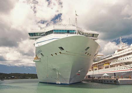 beautiful large luxury cruise ship at moorage St. John, Antigua Banque d'images