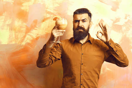 Brutal caucasian hipster holding tropical alcoholic fresh cocktail Zdjęcie Seryjne