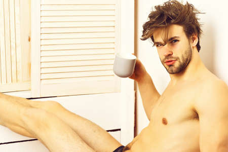 Caucasian bearded sexy macho holding coffee cup 免版税图像 - 157890682
