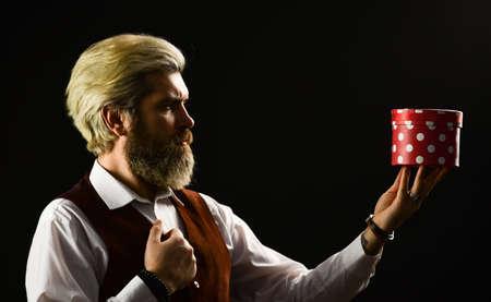 """独有的和独特的。提供宝贵的产品。完美的礼物。在线购物。""""黑色星期五""""。帅哥礼盒。成熟的胡子嬉皮士持有礼物盒。盒子假日包。特别的场合"""
