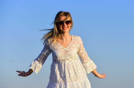 Happiness inside me. Happy young woman posing over blue sky. pretty young beautiful woman in sunglasses. Summer outfit. Portrait of the beautiful girl. beach fashion style. Summer outdoor lifestyle Stockfoto