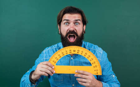 man surprised with size measured on protractor ruler math tool, school education Stockfoto