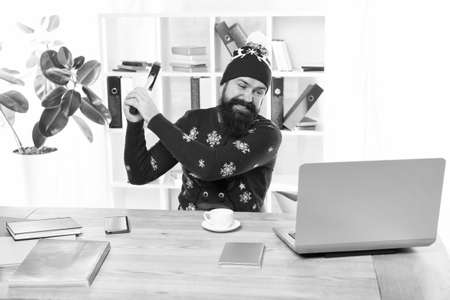 I hate it. Crazy man hit laptop with hammer. Brutal businessman with crazy look. Bearded hipster in crazy mood. Crazy busy on Christmas eve. Winter holidays needed Archivio Fotografico