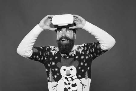 Virtual reality and 3d technology. man wearing virtual reality goggles. imagine best xmas party. 免版税图像