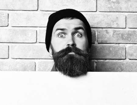 Bearded brutal caucasian hipster with white paper sheet 免版税图像 - 157884656