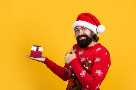 Christmas mood. happy bearded mature man in santa claus hat. new year party. celebrate winter holidays. merry christmas to you. xmas shopping time. prepare gifts and presents. just have fun Standard-Bild