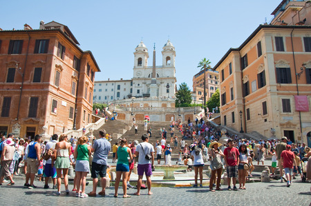 Spagna: ROME-AUGUST 7  The Spanish Steps, seen from Piazza di Spagna on August 7, 2013 in Rome, Italy  The Spanish Steps are steps between the Piazza di Spagna and the Trinità dei Monti church at the top
