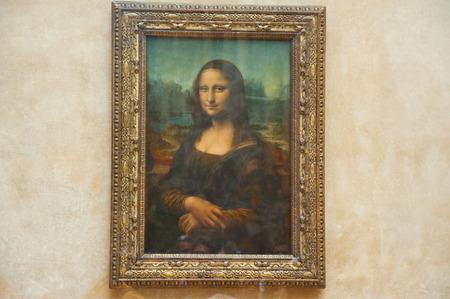mona lisa: PARIS - AUGUST 16  Mona Lisa by the Italian artist Leonardo da Vinci  at the Louvre Museum, August 16, 2009 in Paris, France