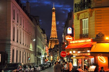 2009 年 7 月 9 日パリに背景にエッフェル塔とパリ 報道画像