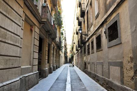 gotico: BARCELONA-13 de agosto Calle estrecha en el Barrio G�tico de Barcelona, ??El Barrio G�tico es el centro de la ciudad vieja de Barcelona Editorial