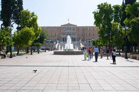 syntagma: ATENE-22 agosto: Piazza Syntagma con la costruzione della Grecia Parlamento il 22 agosto 2014 ad Atene, in Grecia. Editoriali