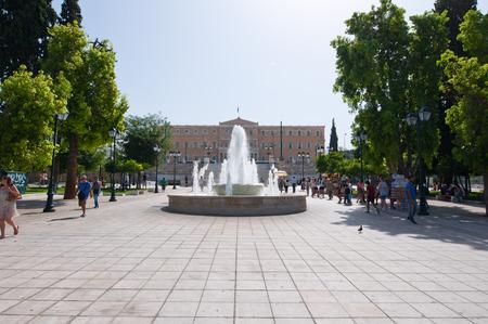 syntagma: ATENE-22 agosto: Piazza Syntagma con fontana e Palazzo del Parlamento il 22 agosto 2014 a Atene, Grecia. Editoriali