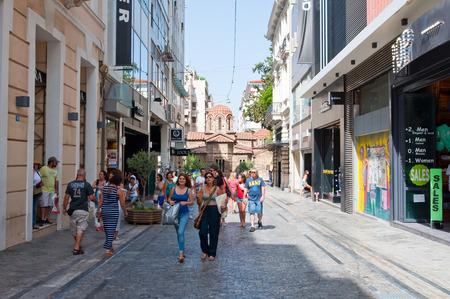 syntagma: ATENE-22 agosto: Acquistando sul Ermou Street il 22 agosto 2014 ad Atene, in Grecia. Ermou � una e una strada mezzo chilometro di lunghezza, collega Kerameikos sito archeologico con Piazza Syntagma. Editoriali