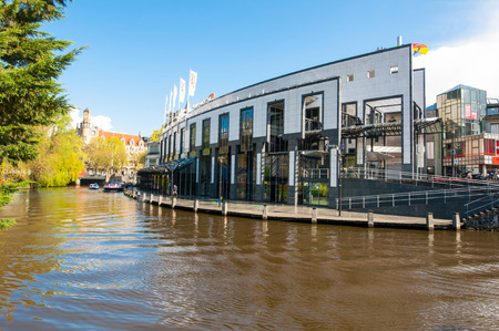 tragamonedas: AMSTERDAM 30 DE ABRIL: Holland Casino en el Canal Singelgrachtkering de abril 30,2015 en Amsterdam, Holanda. El casino cuenta con 700 m�quinas tragamonedas, 55 mesas de juego, 3 bares, y un asador. Editorial