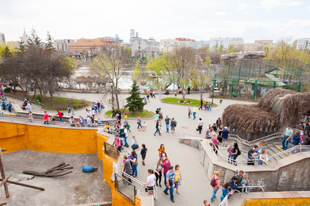 Moscow, Russia-May 01: Moscow Zoo crowd of locals and tourists go sightseeing on May 01, 2017 in Moscow. 新聞圖片