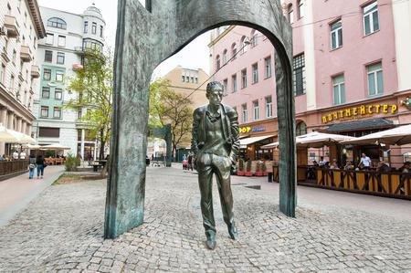모스크바, 러시아 -2001 년 5 월 1 일 : 2017 년 5 월 1 일 Plotnikov 레인과 Arbat 보행자 거리에 Bulat Okudzhava 기념물. Bulat Okudzhava Russiaà ¢ â ', ¬ â 드는 ¢ s