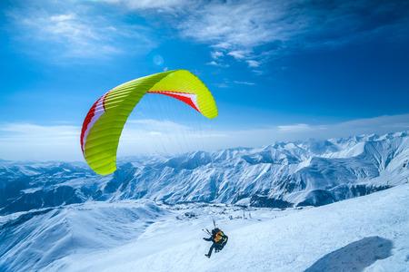 Winter in Greater Caucasus Mountains. Gudauri, Georgia (country). Paragliding 版權商用圖片 - 68921020