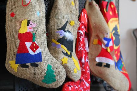 Driekoningen heks sokken in schoorsteen tijdens kerstvakantie