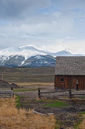 L'Hayden Ranch a sud di Leadville, in Colorado, fu fondato nel 1859, producendo principalmente fieno per cavalli e muli per minatori durante il boom minerario di Leadville. Negli ultimi anni '90 del secolo scorso, il ranch ha iniziato a gestire il bestiame, ma è caduto in rovina quando era tutto tranne aba Archivio Fotografico - 79072128