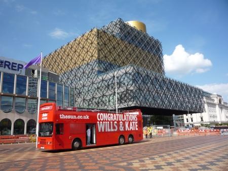 sun s: Regno Unito, Inghilterra, Birmingham, 26 luglio 2013 - la pi� grande biblioteca pubblica in Europa s in Birmingham con bus rosso con le congratulazioni a Prince William e la principessa Kate dal quotidiano Sun dopo la nascita del bambino regale Prince George