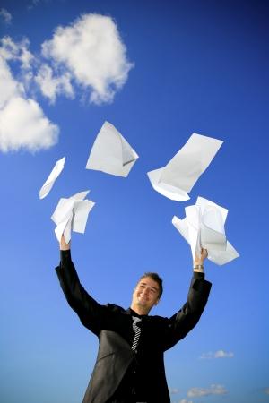 Junger Mann wirft sich seine Dokumente. Standard-Bild - 3689694
