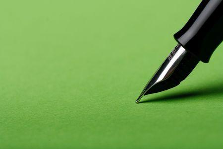 Makro isoliert Füllfederhalter auf grünem Hintergrund Standard-Bild - 4424850