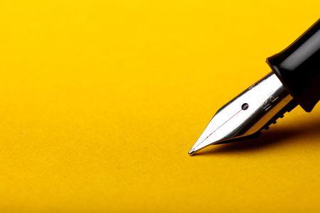 macro isolated fountain pen on amber background Standard-Bild