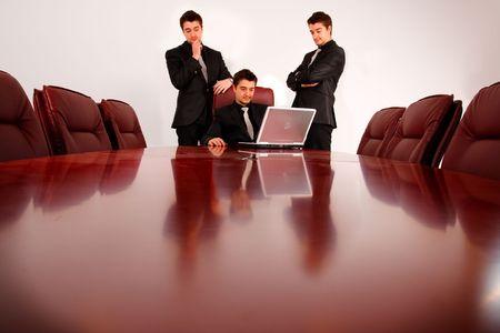 Team junger Geschäftsleute, Ergebnisse zu analysieren. Standard-Bild - 4416023