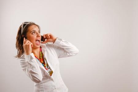Moderne sucht junge Frau trägt weiße Jacke Gespräch am Telefon Standard-Bild - 4544681
